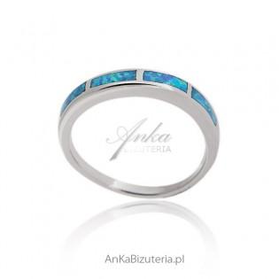 Pierścionek srebrny z niebieskim opalem