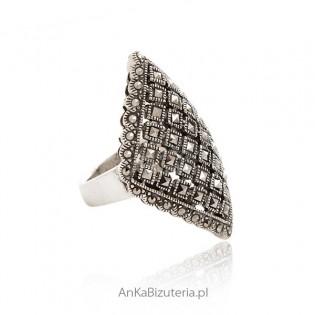 Duży pierścionek srebrny z markazytami
