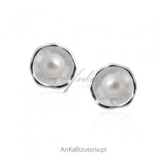 Delikatne kolczyki srebrne z białą perełką