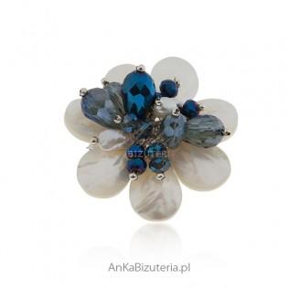 Broszka srebrna z masą perłową , perłami i granatowymi cyrkoniami
