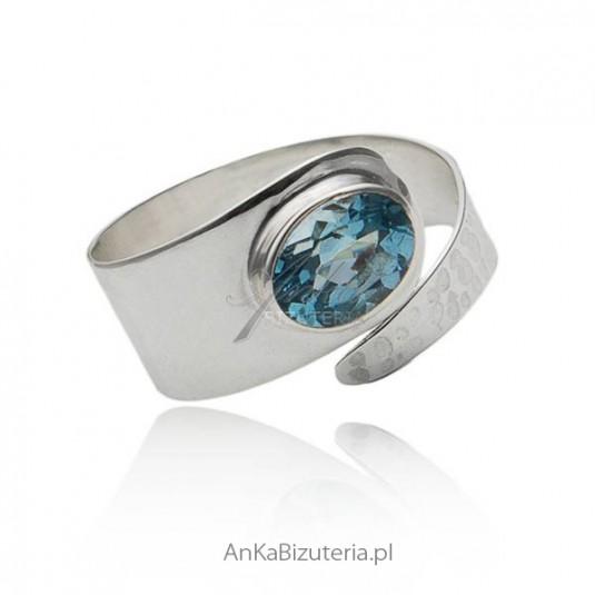 Pierścionek srebrny z niebieskim topazem
