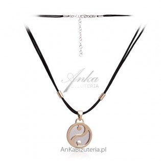 Modny naszyjnik srebrny pozłacany na czarnym sznureczku