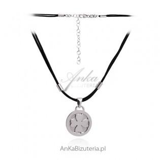 Naszyjnik srebrny rodowany Koniczyna na czarnym sznureczku