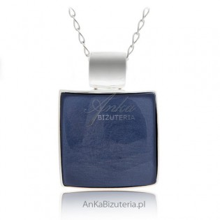 Duży srebrny wisior z niebieskim kamieniem jubilerskim. Klasyczna elegancka biżuteria.