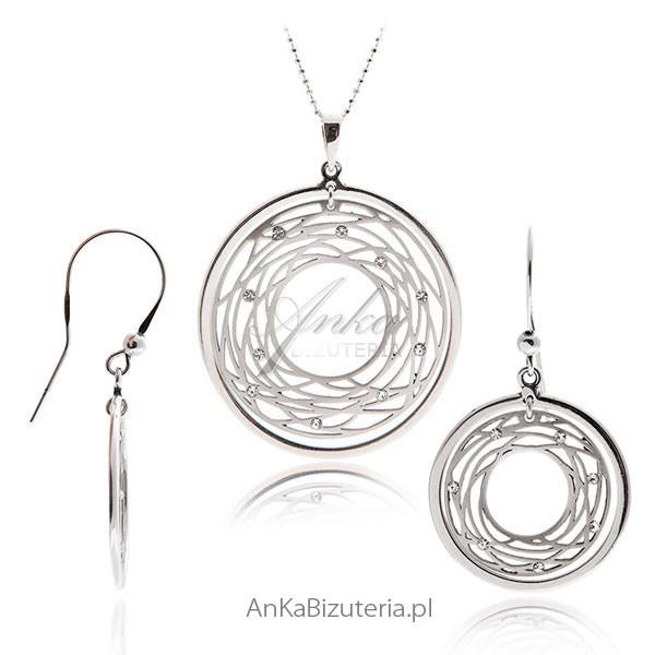wisiorek z cyrkoniami oraz kolczyki w komplecie damskiej biżuterii