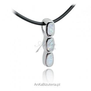 Wisiorek srebrny z białym opalem