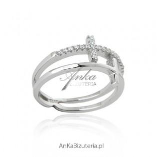 Modny pierścionek srebrny mikro cyrkonia