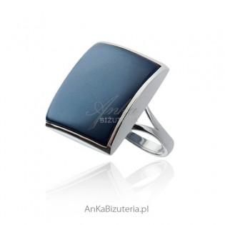 Oryginalny pierścionek srebrny z niebieskim kamieniem