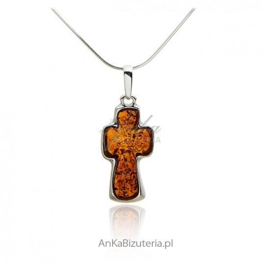 """Wisiorek """"Krzyż"""" z koniakowym bursztynem"""