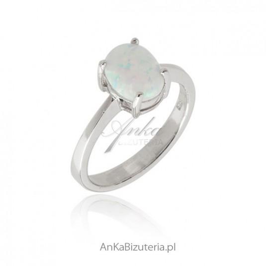 Pierścionek srebrny z mlecznym opalem . Biżuteria srebrna.