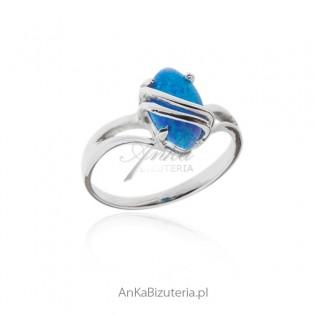 Pierścionek srebrny rodowany z niebieskim opalem