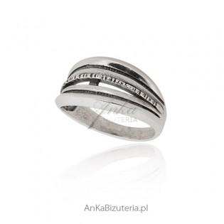 Srebrny pierścionek oksydowany