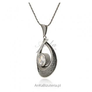 Zawieszka srebrna oksydowana z dużą cyrkonią