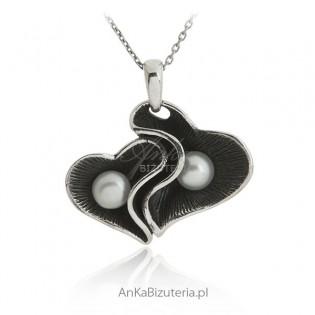 Zawieszka srebrna oksydowana z białymi perłami