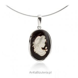 Zawieszka srebrna z bursztynem Biżuteria artystyczna rzeźbiona