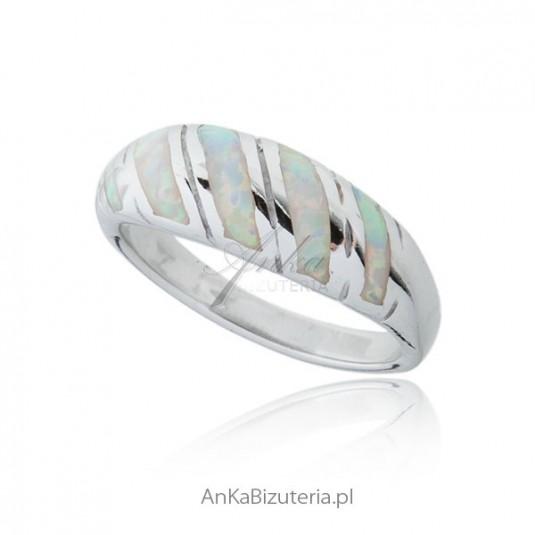 Biżuteria z opalem - Pierścionek srebrny z białym opalem