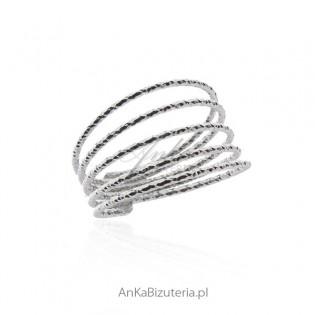 Srebrny pierścionek diamentowany i rodowany Cudny