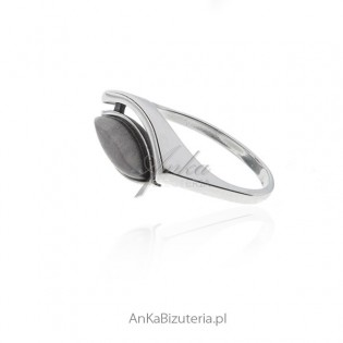 Pierścionek srebrny z szarym uleksytem