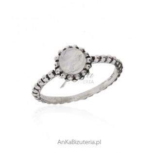Pierścionek srebrny z kamieniem księżycowym - piękny pierścionek srebrny oksydowany