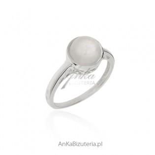 Pierścionek srebrny z kamieniem księżycowym - piękna biżuteria z kamieniem szczęścia