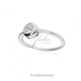 Pierścionek srebrny z okrągłą białą cyrkonią