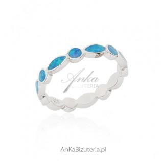 Pierścionek srebrny z niebieskim opalem - obrączka