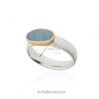 Piękny srebrny pierścionek z naturalnym opalem - satynowany i pozłacany