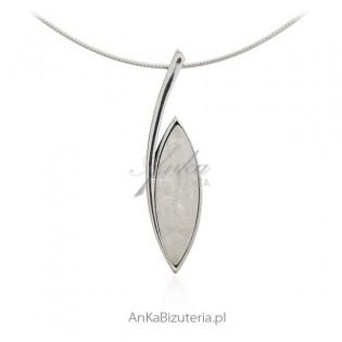 Zawieszka srebrna z białym opalem syntetycznym