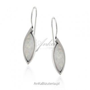 Kolczyki srebrne z syntetycznym białym opalem
