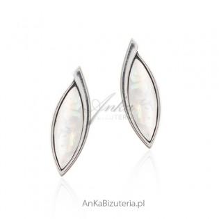 Kolczyki srebrne z imitacją opala - Elegancja i prostota