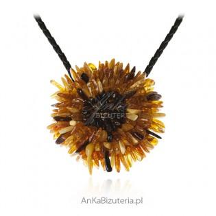 Biżuteria artystyczna - ręcznie robiony wisior z bursztynu kurpiowskiego na skórzanym rzemieniu.