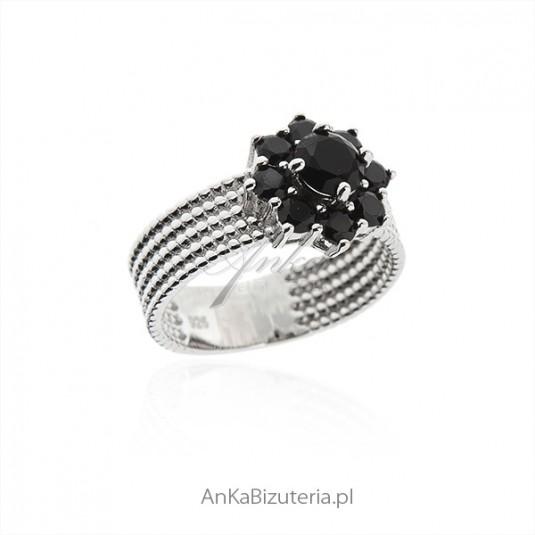 Elegancka biżuteria srebrna - Pierścionek srebrny z szafirowymi cyrkoniami KWIATEK