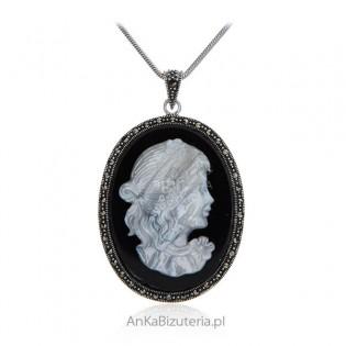 Srebrna zawieszka KAMEA z markazytami na czarnym onyksie i z masą perłową