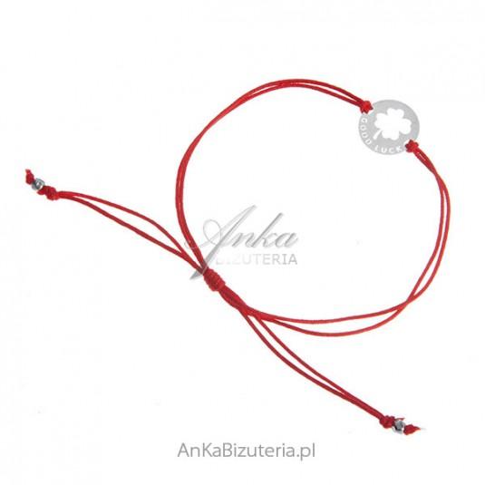 Bransoletka srebrna na czerwonym sznureczku z napisem GOOD LUCK