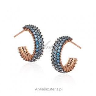Biżuteria srebrna z cyrkoniami - Kolczyki pozłacane różowym złotem z cyrkoniami w kolorze jeansu