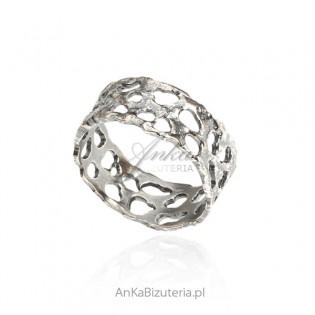 Srebrny pierścionek rutenowany