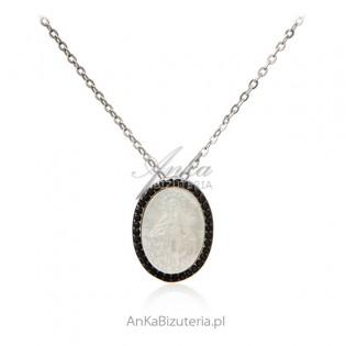 6dc86fae1f3ad8 Srebrny naszyjnik MATKA BOSKA CUDOWNA na białej masie perłowej i czarnymi  cyrkoniami