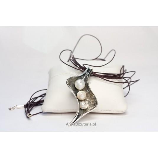 Srebrny Wisior z perłami w kształcie liścia