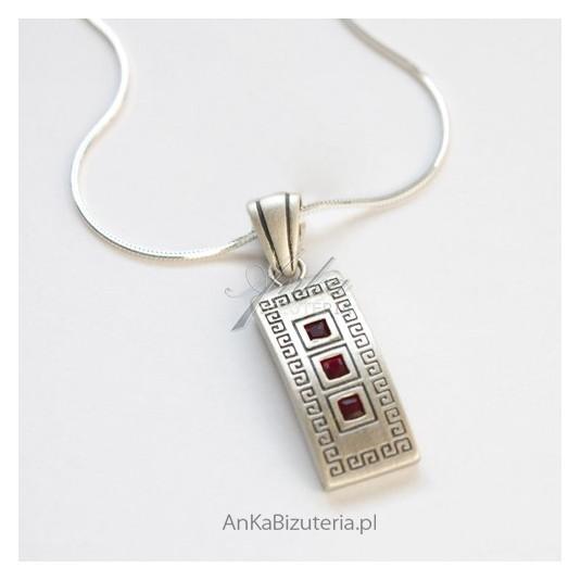 Piękny wisiorek srebrny z granatami-grecki wzór.