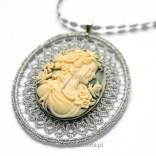 Zawieszka CAMEA na łańcuszku z frywolitki Biżuteria Autorska