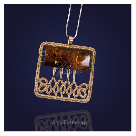 Wisior frywolitkowy z metalicznych złotych nici z bursztynem.