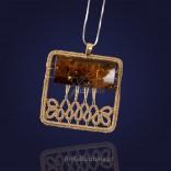 Wisior z frywolitki i metalicznych złotych nici z bursztynem.