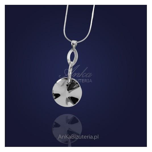 Srebrny wisiorek - z kółkiem o niereguralnym kształcie.