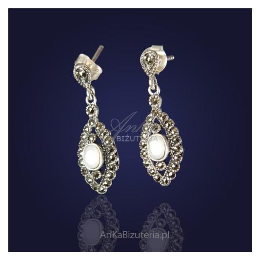 Masa perłowa i markazyty - nieprzemijające barokowe kolczyki srebrne