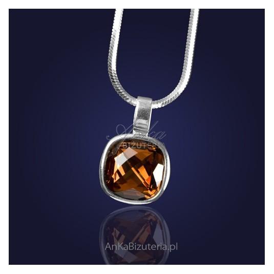 Swarowski-Wisiorek srebrny z kryształem Swarovski w kolorze ciemnorudym.