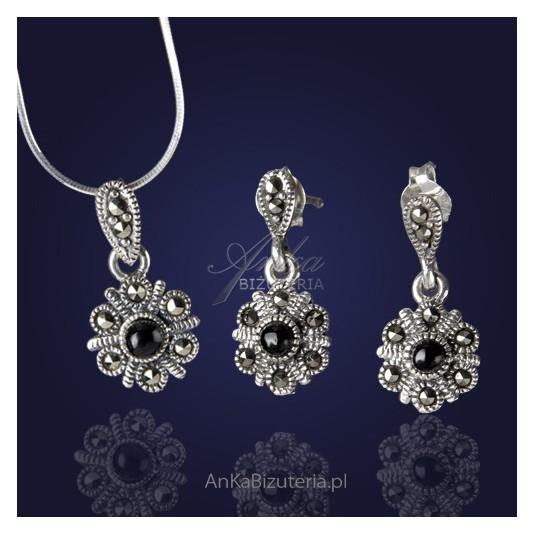 Komplecik biżuterii: kolczyki i wisiorek z onyksem i markazytami-kwiatki.
