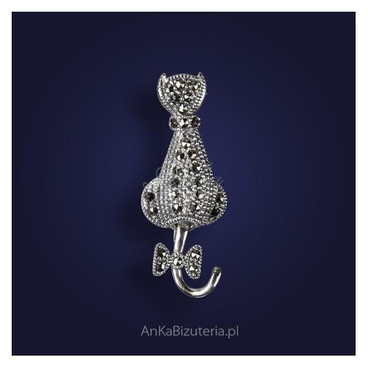 "Broszka srebrna-biżuteria z markazytami ""zadumany kotek""."