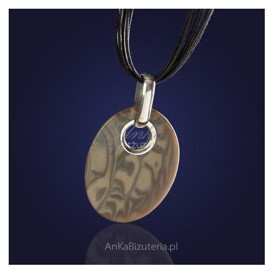 Oryginalny wykonany ręcznie srebrny wisiorek z krzemienia pasiastego na rzemieniu.