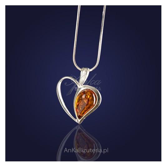 Urocza srebrna zawieszka w kształcie serca z naturalnym bursztynem.