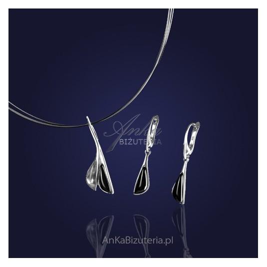 Kobiecość i powiew luksusu - komplet srebrny: naszyjnik oraz kolczyki srebrne z onyksem i kryształem.